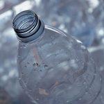 Questo è il motivo per cui le bottiglie in PET vengono separate rimuovendo il tappo e l'etichetta!